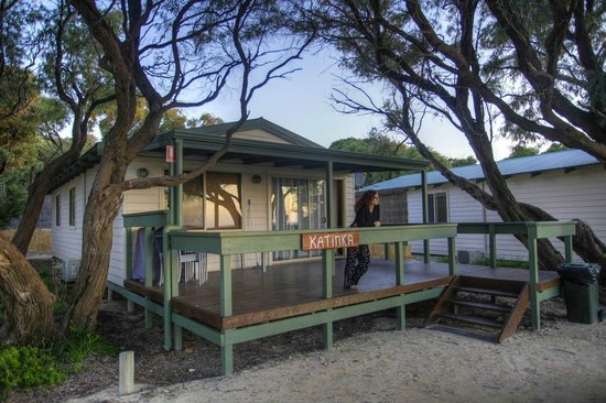 Hamelin Bay Holiday Park: Katinka ocean view cabin with Lisa relaxing on the porch