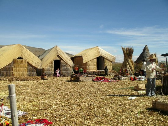 Lake Titicaca: Houses made with totora