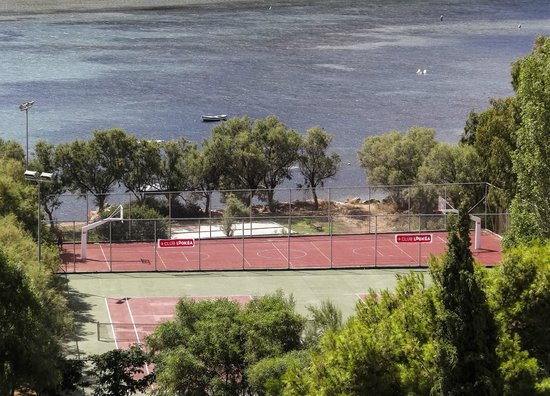 Mare Nostrum Thalasso Hotel: Tennis courts and beach