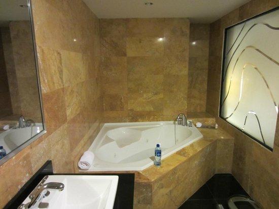 Le Meridien Panama: Suite bathroom, shower behind me