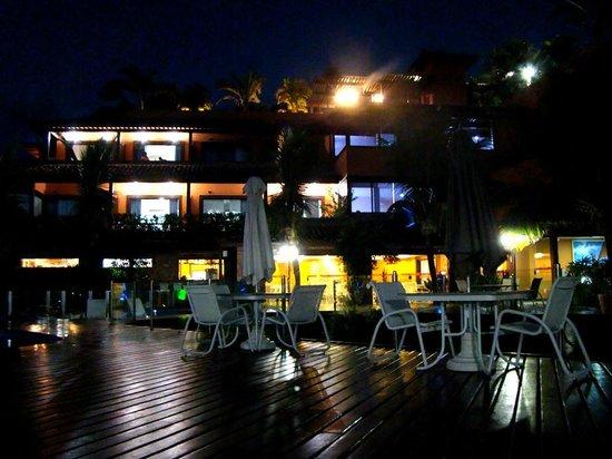 Hotel Ferradura Private: deck a noite com os quartos ao fundo