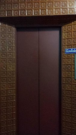Thairungruang Hotel: Vintage Lift?