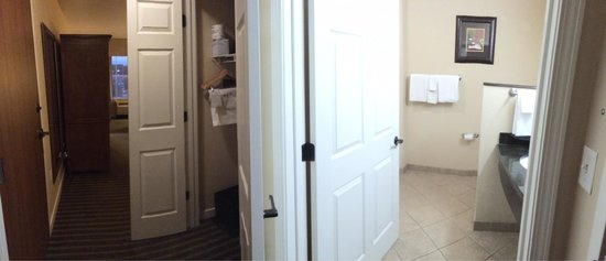 HYATT house Fishkill/Poughkeepsie: Room into the bathroom