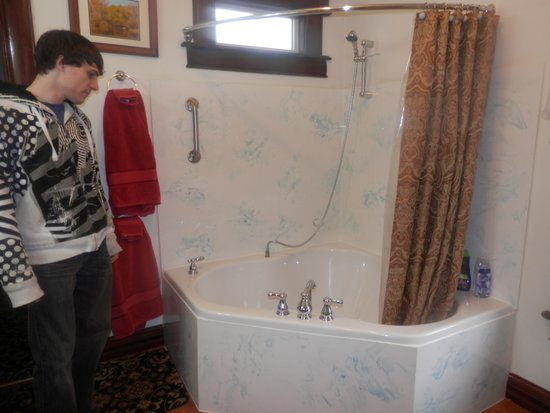 Spurs and Lace Bed and Breakfast Inn: Bathtub for 2!