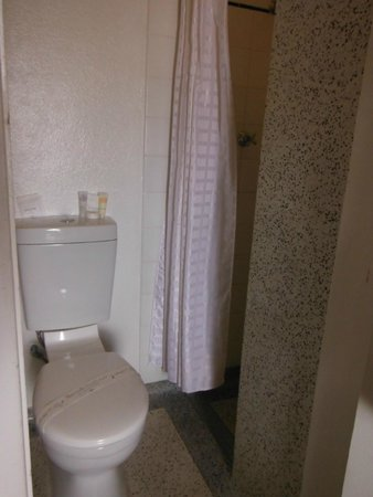 Anchorage Seafront Hotel: Tiny bathroom