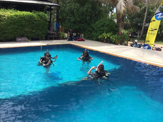 Sail Rock Divers Resort: Polk doing her Open Water course at Sail Rock with Lai and Instructor Blue