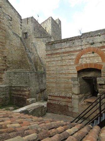 Hotel De L'Amphitheatre: ruins in amphitheatre