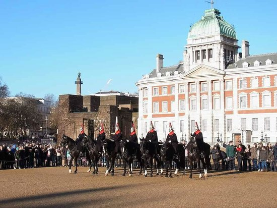 Horse Guards Building: 衛兵交代の様子。