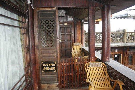 Yuegulou Hostel Lijiang Quyuan: Entrance into room