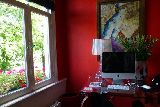Boutique B&B Kamer01: workspot in red room