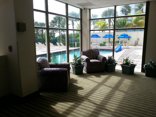 Crystal Beach Suites Hotel: Small area with couches outside exercise room looking out onto pool and Ocean beyond