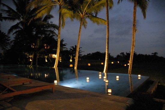Mathis Retreat: la piscine panoramique, le soir