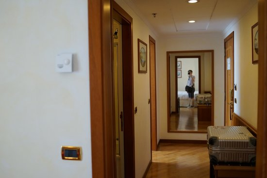 Renaissance Naples Hotel Mediterraneo : 部屋から入り口に向かって