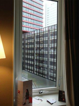 Ibis Rotterdam City Centre: Room window