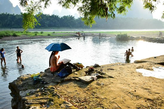 Xingping This Old Place Int'l Youth Hostel: local swim spot