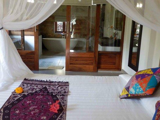 Subak Tabola Villa : la chambre et sa salle de bain