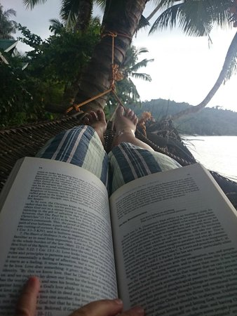 Elsa's Beach Resort : Relaxing on the hammock