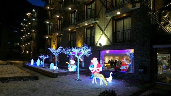 Hotel Spa Princesa Parc: Фигуры перед отелем