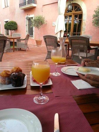 Hotel Mas de Baix : Breakfast outside every morning