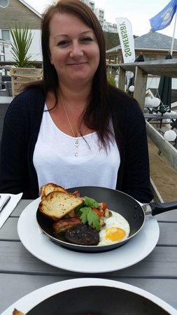 Tolcarne Beach Apartments: Fry up in a frying pan at the breaks restaurant! !