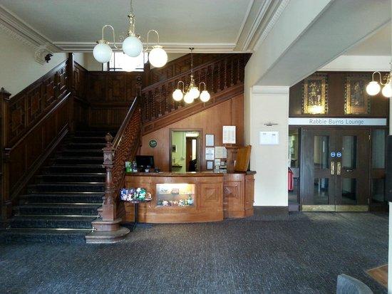 Bay Tarbet Hotel: Die Leere Lobby und Rezeption.