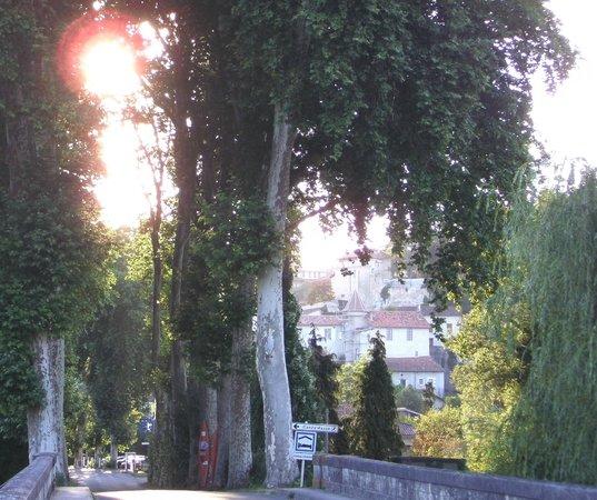 Chambre d'Hotes Quartier Plaisance: View of Aubeterre from the bridge