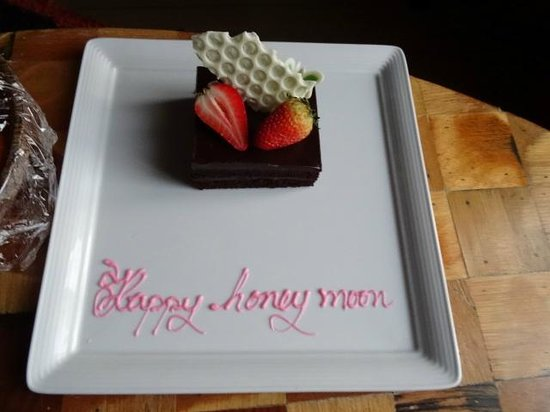Siam@Siam Design Hotel Bangkok : Our lovely honeymoon cake, in our room awaiting our arrival!! Lovely attention to detail!