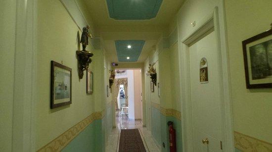Hotel Art Resort Galleria Umberto: Hallway