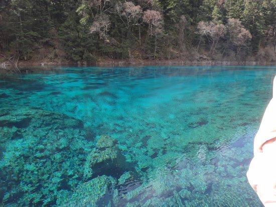Liantai Pool: Danau berwarna biru