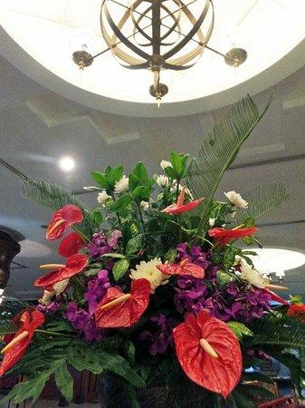 Novotel Yogyakarta: ロビーのお花も素敵でした。