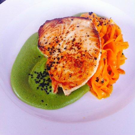 stek z miecznika na pure z zielonego groszku plus tagliatelle z marchewki