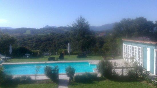 Ehaltzekoborda : l'aire de repos et de diner autour de la piscine