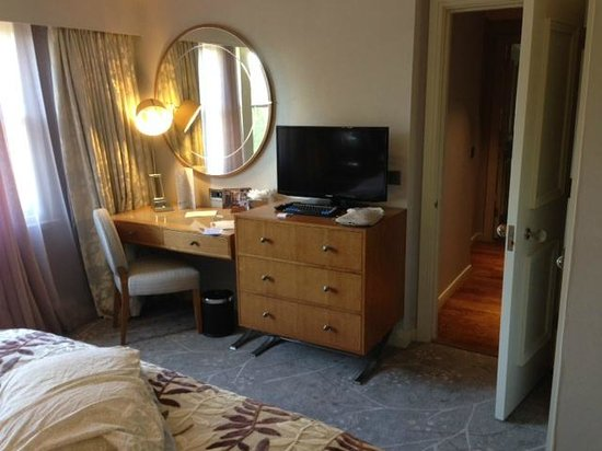 Hilton Grand Vacations at Craigendarroch Suites: Desk in the room