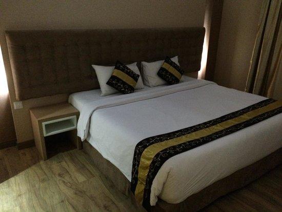 Rivavi Fashion Hotel : Gold room massive bed