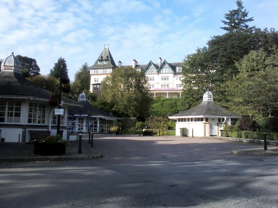 Bay Highland Hotel: View of hotel from the village