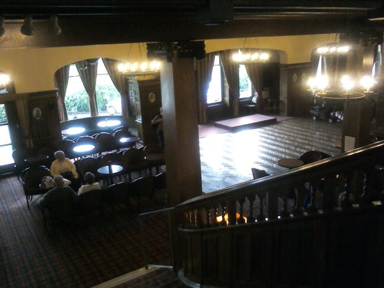 Bay Highland Hotel: Stage from stairs