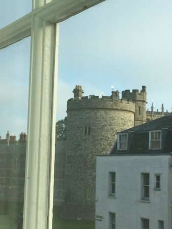Macdonald Windsor Hotel : Castle glimpse from our exec room.