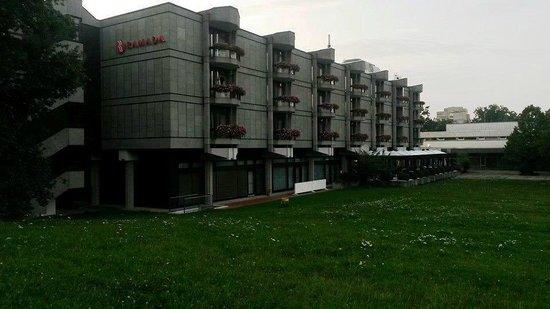 Ramada Nuernberg Parkhotel: Außenansicht vom Park aus