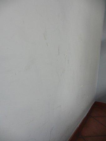 207 Inn: Стена номера