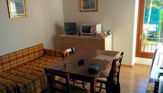 soggiorno con cucina a vista - Picture of Hotel Bella Italia ...