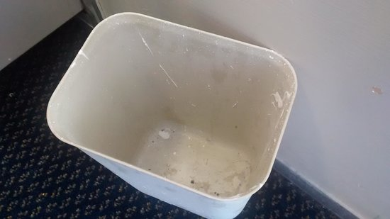 Motel 6 Leesville: waste basket paint no liner either