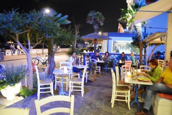 Hotel Serena: La terrasse le soir