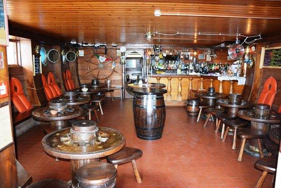 Hotel Serena: Le bar (photo prise au flach)