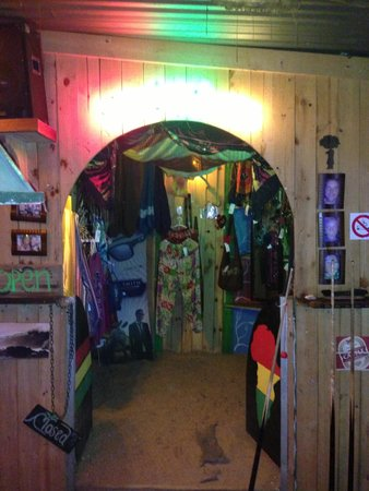 Mantis & Moon Backpackers Lodge: Colourful bar with good music!