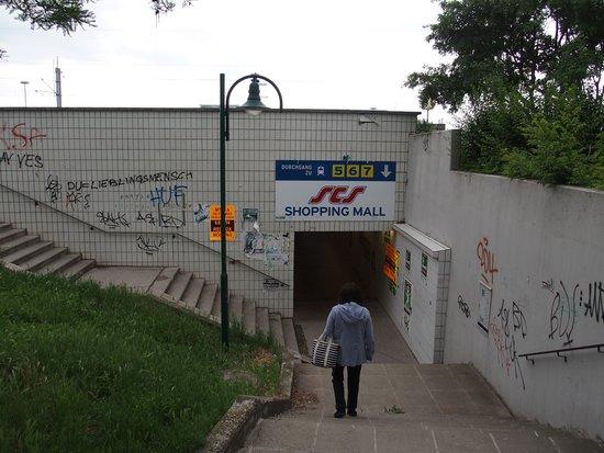 Austria Trend Eventhotel Pyramide: 地下道は鉄道の駅、SCSショッピングセンターに通じる