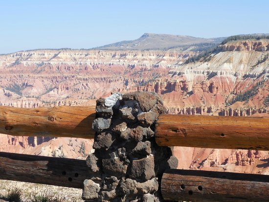 Cedar Breaks National Monument: Beautiful view point & seating area at entrance