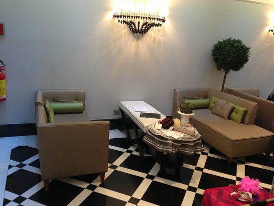 Hotel Lunetta: Comfy seating area in lobby - bring a coffee or glass of wine and your laptop and you're set.