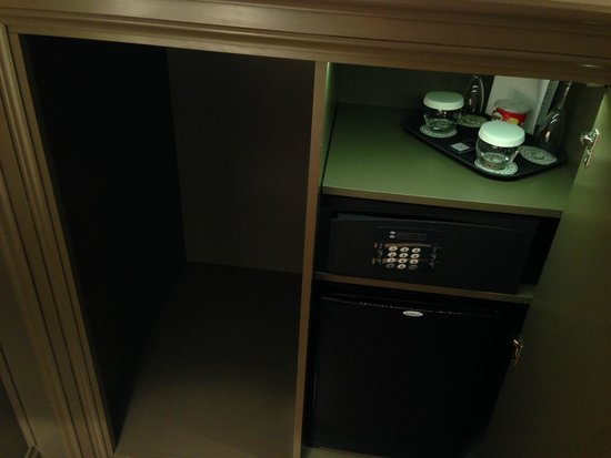 Hotel Lunetta: Besides the minibar there was a nice cubby I used for suitcase storage