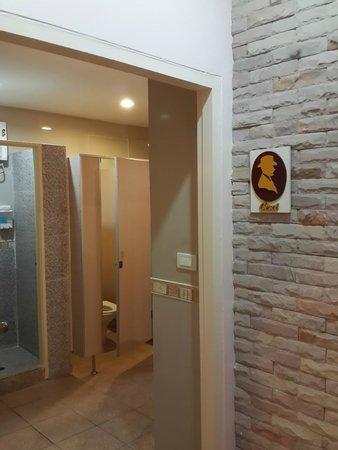 Orchid Hostel: Kamar mandi yang bersih