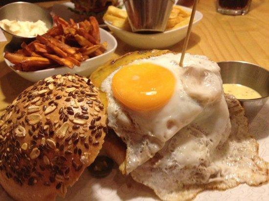 Oval: Humburguesa y boniatos fritos.